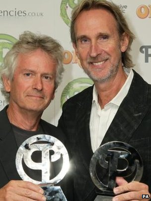 (LR) Tony Banks e Mike Rutherford, de Gênesis