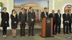 President Juan Manuel Santos (centre) with several members of the negotiating team