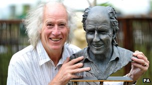 Terry Nutkins beside a bust of himself in2010