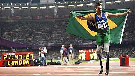 Alan Oliveira celebrates winning gold in the T44 200 metres final