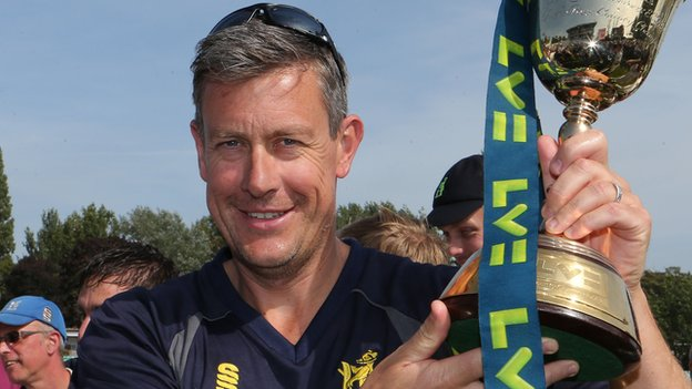 Ashley Giles committed to Warwickshire