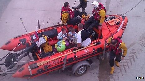 Rhyl inshore lifeboat returning with rescued trio