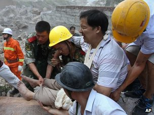 Paramilitary policemen and residents move out an injured man from quake hit Zhaotong town, Yiliang County, in China&#039;s southwest Yunnan Province, 8 Sept 2012