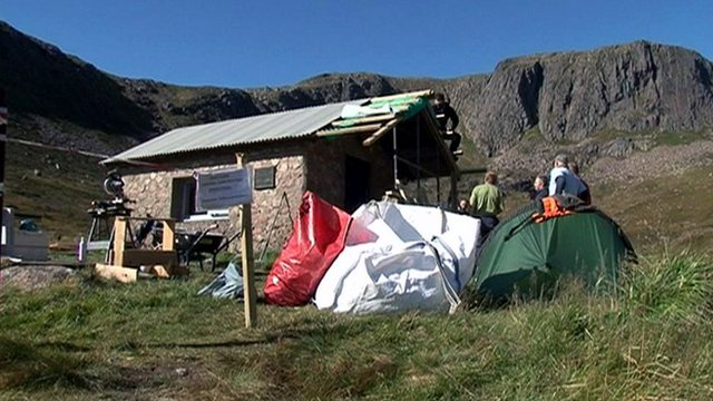People working to restore Hutchison memorial hut bothy