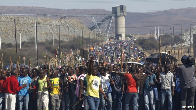 Mine workers march at Marikana mine