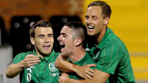 Robbie Brady (centre) celebrates after hitting the Republic&#039;s second goal at Craven Cottage
