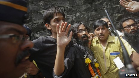 Cartoonist Aseem Trivedi (C) waves after coming out of Arthur Road Jail in Mumbai September 12, 2012.