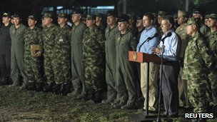 Colombian President Juan Manuel Santos (2nd R) speaks after a meeting with military high command officers at the military base of Tolemaida 6 September 2012.