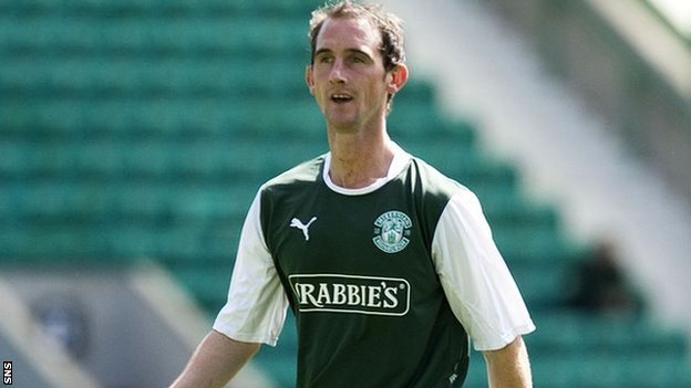 Mark Kerr in action for Hibernian