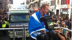 Sir Chris Hoy travels on the convoy through Glasgow city centre