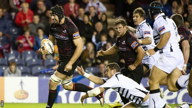 Sean Cox scores a try for Edinburgh against Zebre
