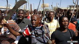 Mine workers take part in a march at Lonmin&#039;s Marikana mine in South Africa&#039;s North West Province on 10 September 2012