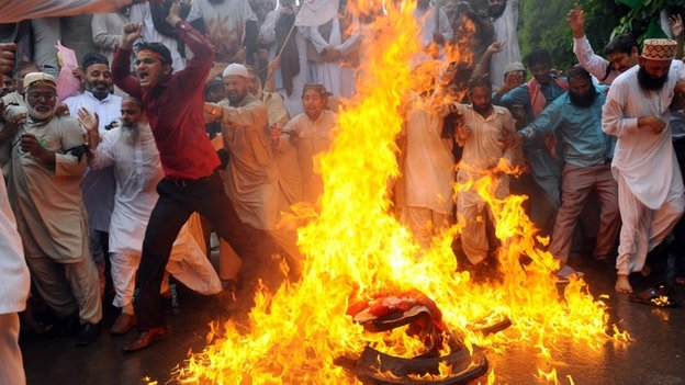 Pakistani Sunni Muslims torch a US flag during a protest against an anti-Islam film in Lahore on 17 September, 2012