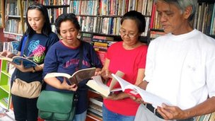 Nanie Guanlao with some of his readers