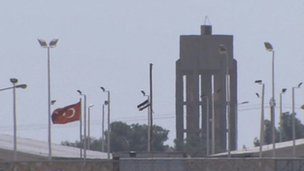 Crossing point at Tal al-Abyad showing Syrian rebel flag (20 Sept 2012)