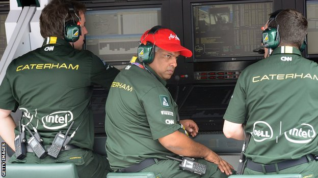 Tony Fernandes (middle)