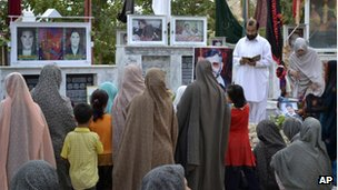 Shia mourners at a graveyard in Quetta (September 2012)
