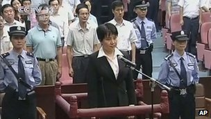 Gu Kailai, centre, the wife of disgraced politician Bo Xilai, listens to the verdict during her trial at Hefei Intermediate People's Court