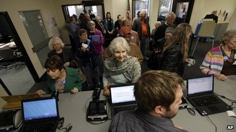 Voters wait for ballots in Des Moines, Iowa 27 September 2012