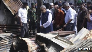 Mohiuddin Khan Alamgir (C) visits a burned temple in Cox's Bazar September 30
