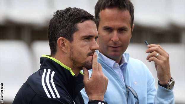 Kevin Pietersen (l) and Michael Vaughan