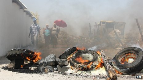 Tires burn on September 20, 2012 in the Sondela informal settlement next to the Anglo American Platinum (Amplats) mine in northwestern Rustenburg after residents blocked roads to keep the police out.