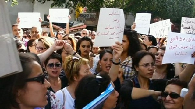 Hundreds of people have voiced their support for a woman who was allegedly raped by two police officers in Tunisia.