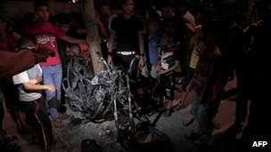 The wrecked motorcycle hit by an Israeli air strike in Gaza (7 Oct 2012)