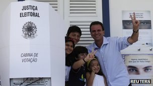 Eduardo Paes posing with his children