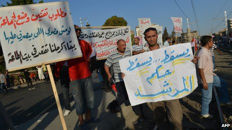Egyptians protest against President Mohammed Mursi outside the presidential palace in Cairo (24 August 2012)