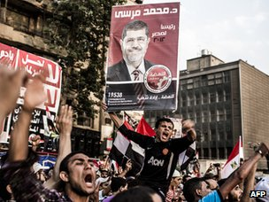 Supporters of Mohammed Mursi celebrate his presidential election victory (23 June 2012)