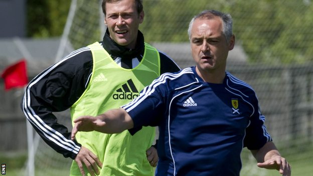 McKinnon teaches former Scotland striker Duncan Ferguson during an SFA coaching course