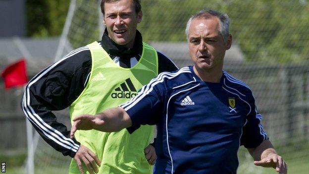 McKinnon teaches former Scotland striker Duncan Ferguson during an SFA coaching course