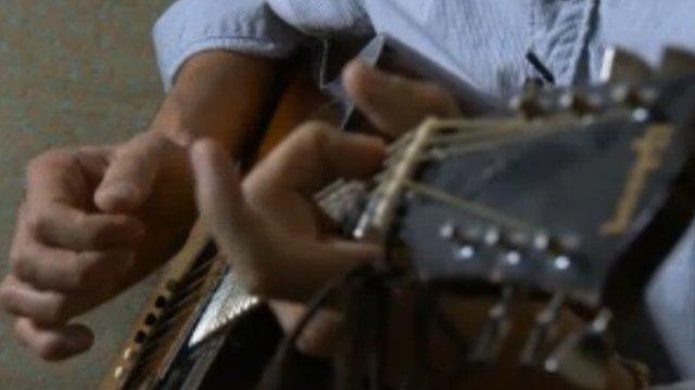 Pepe Belmonte playing guitar