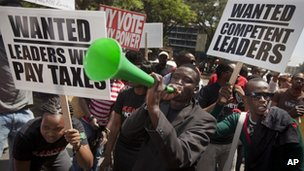Kenyans protest against the bonus in Nairobi (9 Oct 2012)