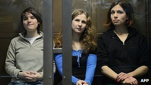 Yekaterina Samutsevich (L), Maria Alyokhina (C) and Nadezhda Tolokonnikova (R) in court in Moscow (10 Oct 2012)