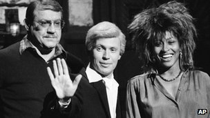 (l-r) Alex Karras, Billy Crystal and guest Tina Turner
