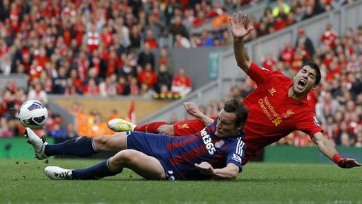 Luis Suarez appealling for a foul against Stoke