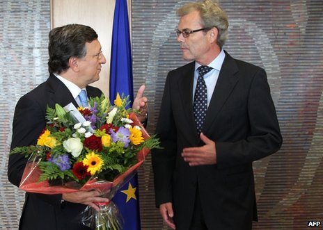 EU Commission President Jose Manuel Barroso (L) receives flowers from Norway&#039;s Ambassador to the EU, Atle Leikvoll, in Brussels, 12 October 