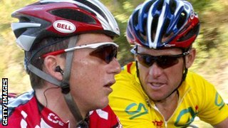 Tyler Hamilton rides with Lance Armstrong