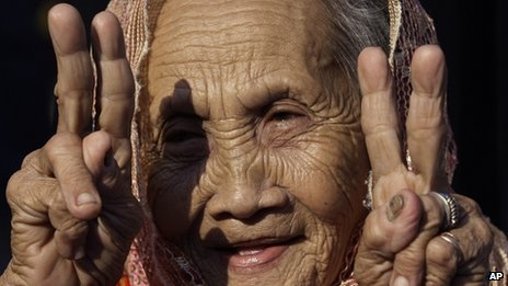 Muslim woman in Manila flashing the peace sign after the government signed an agreement with MILF rebels