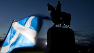 Robert the Bruce statue and saltire