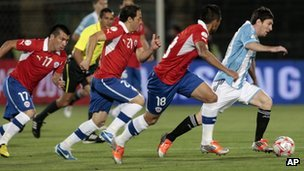 Messi followed by Chilean defenders, qualifying match for the 2014 World Cup, in Santiago
