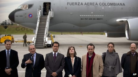 Colombian peace negotiators board a military plane for Oslo