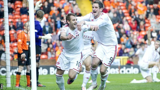 Scott Vernon congratulates Niall McGinn on his equaliser for Aberdeen