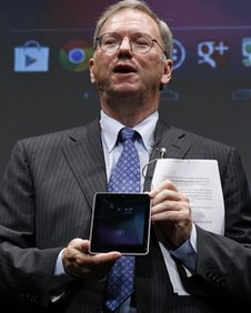 Apple chairman Eric Schmidt with the Nexus 7 tablet