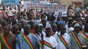 Several thousand people march on 11 October 2012 in Mali&#039;s capital Bamako to call for armed intervention by a west African force to help wrest back the vast north from armed Islamist groups