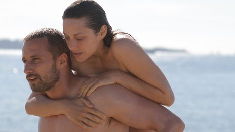 Ali (Matthias Schoenaerts) and Stephanie (Marion Cotillard) in Rust and Bone