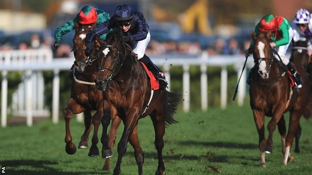 Kingsbarns (centre)  goes on to win the Racing Post Trophy