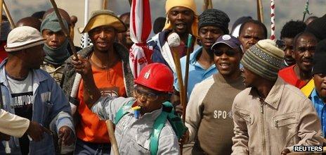 Striking miners chant slogans as they gather at the AngloGold Ashanti mine in Carletonville, northwest of Johannesburg, 25 October 2012